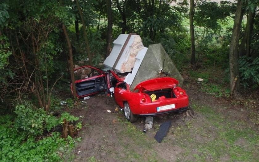 Boží muka se při nehodě zřítila na vozidlo