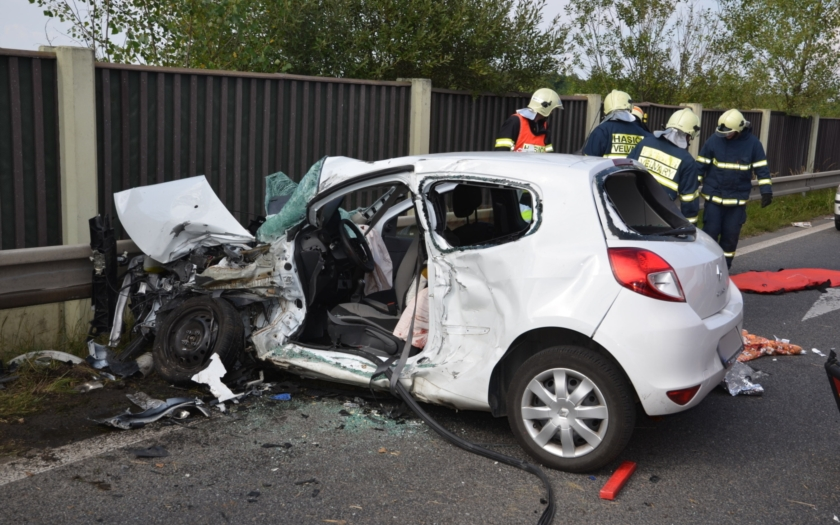 Dopravní nehoda autobusu a osobního auta na Kladensku si vyžádala smrt a těžké zranění