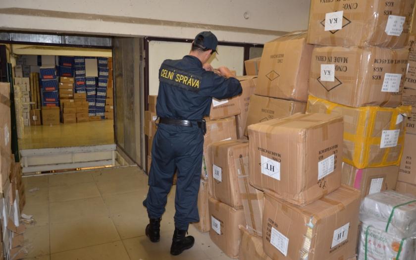 Celníci zasahovali v pražské tržnici Sapa. Zajistili zboží za 11 milionu korun