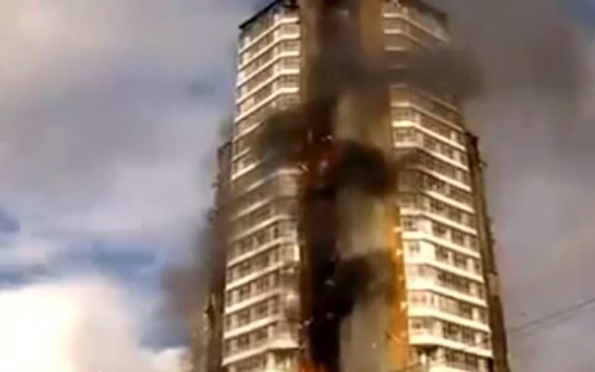 Požár zasáhl obytnou budovu v ruském městě Krasnojarsk