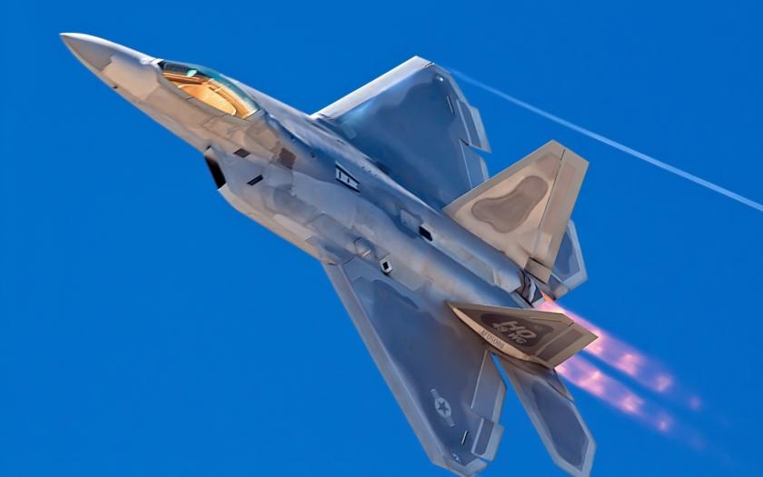 """Írán dráždí USA: Drze si """"oťuknul"""" americkou stíhačku dronem. Za pět dní to zopakoval"""