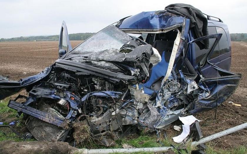 Mladý řidič vyletěl do protisměru pod kamion. Zemřel na místě