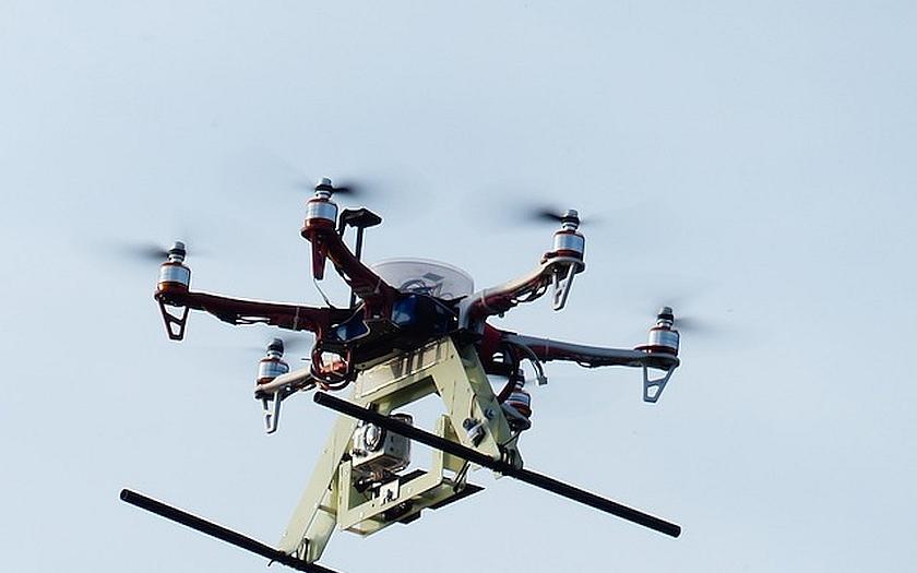 České Radiokomunikace jako první testují možnost využití dronů při kontrolách vysílačů za plného provozu