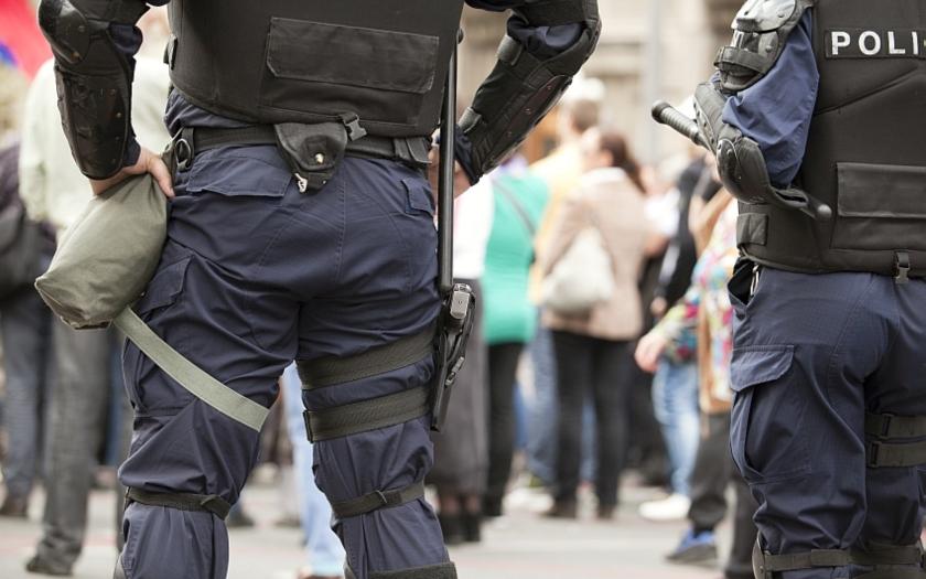 Belgičtí policisté ve služebním autě &quote;pašovali&quote; 13 uprchlíků do Francie