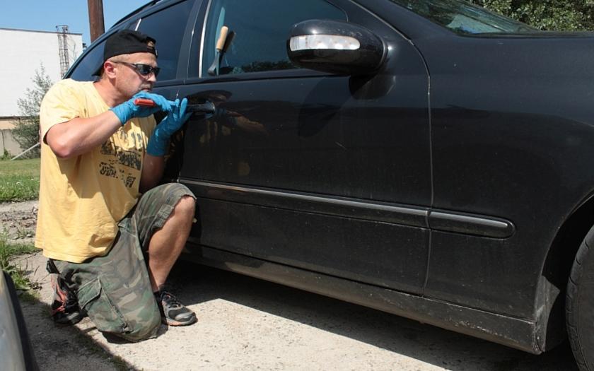 Odhalena organizovaná banda zlodějů aut. Policie &quote;kradla&quote; auta zpět a vracela je majitelům
