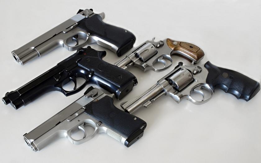 Generální advokátka E. Sharpston: Soudní dvůr by měl zamítnout žalobu ČR proti unijnímu právnímu předpisu, kterým se zavádějí přísnější pravidla pro nabývání a držení palných zbraní