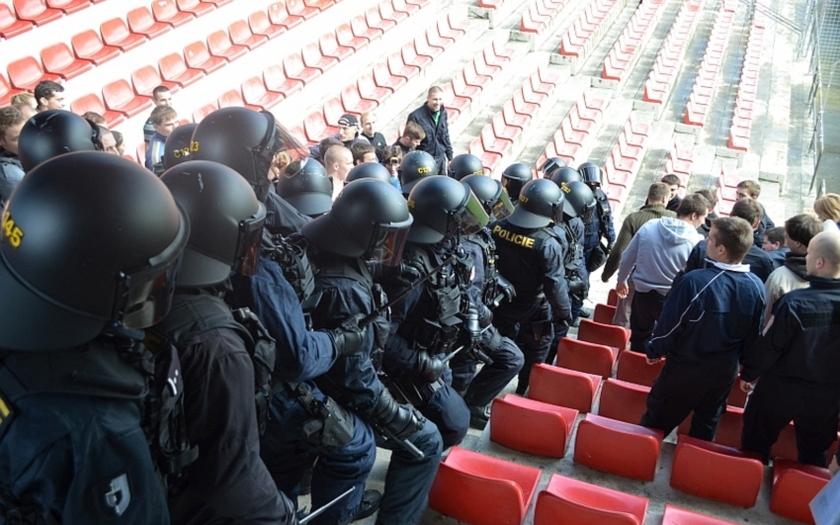 VIDEO: Policisté z KPJ a SPJ Praha cvičili na stadionu Sparty zákrok proti chuligánům