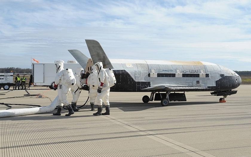 Utajovaný raketoplán X-37B přistál v pátek na americké vojenské základně