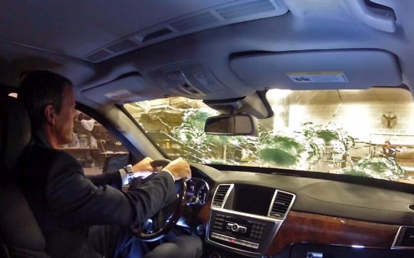 Test střelbou samopalem na mercedes