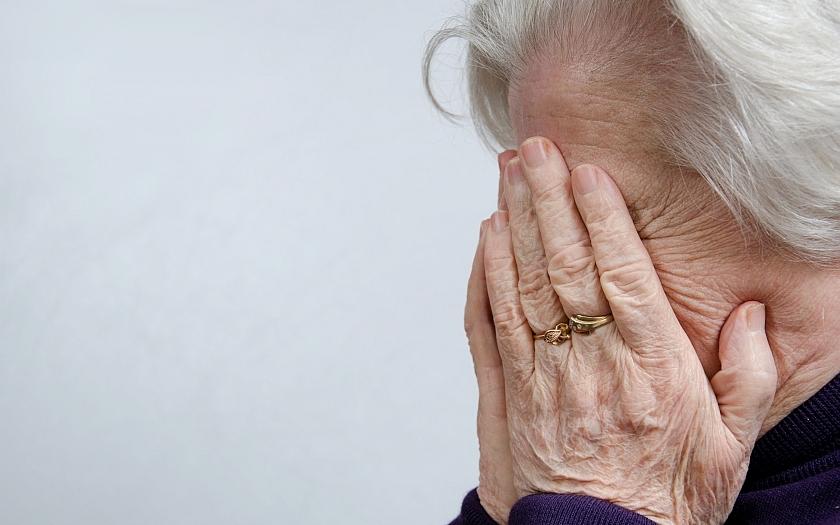 Důchodkyně přišla o 600 tisíc korun. Sedla si do auta k neznámému řidiči.