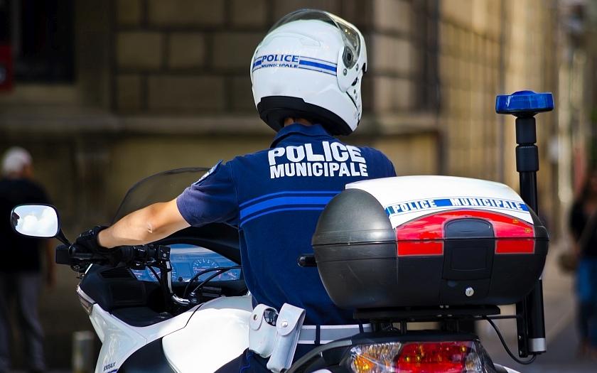 Falešní francouzští policisté v noci zastavuji a vykrádají auta turistů
