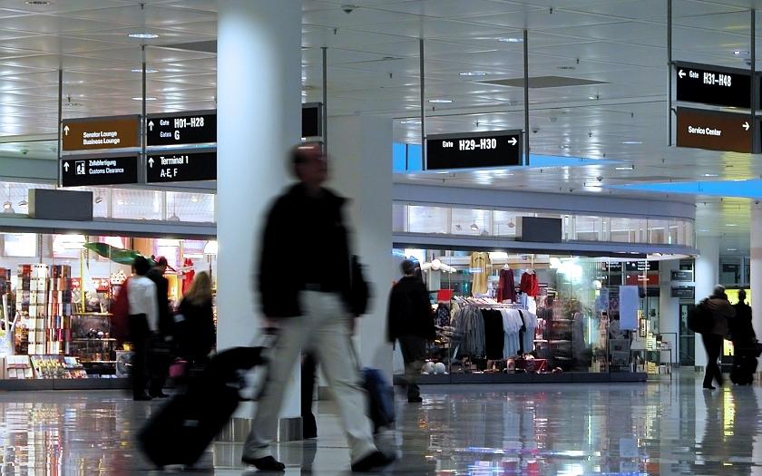 Dopady teroru ve Francii - mimořádná policejní opatření na českých letištích