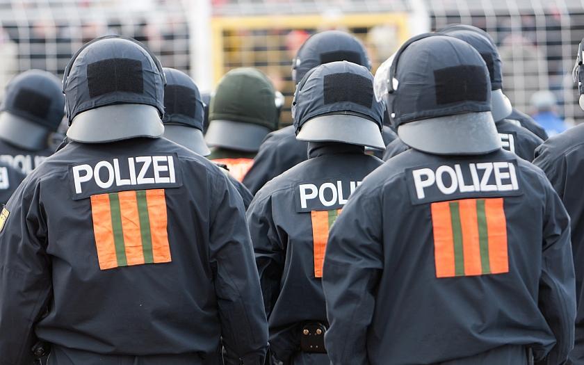 Brutální zásah německých policistů proti odpůrcům přistěhovalců v Hamburku