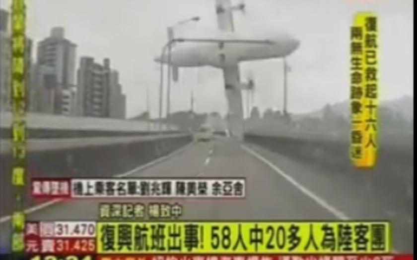 Video: Kamery v autech zachytily pád letadla TransAsia Airways