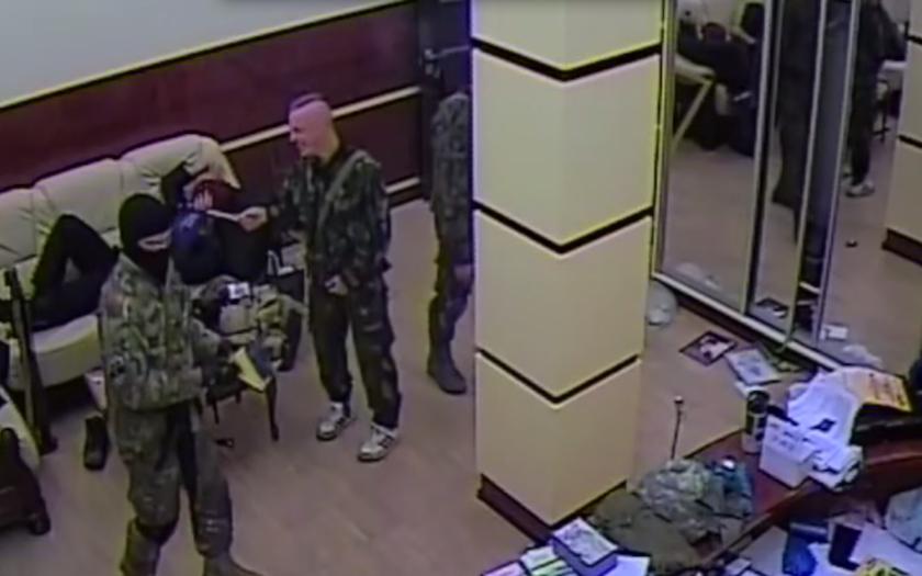 Pluk ukrajinských nacionalistů byl natočen při rabování