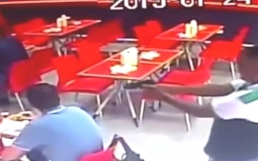 Děsivé záběry pokusu o vraždu v panamském fastfoodu