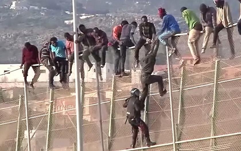 Ilegální přistěhovalci se valí do Evropy. Bezpečnostní riziko, se kterým si EU neví rady
