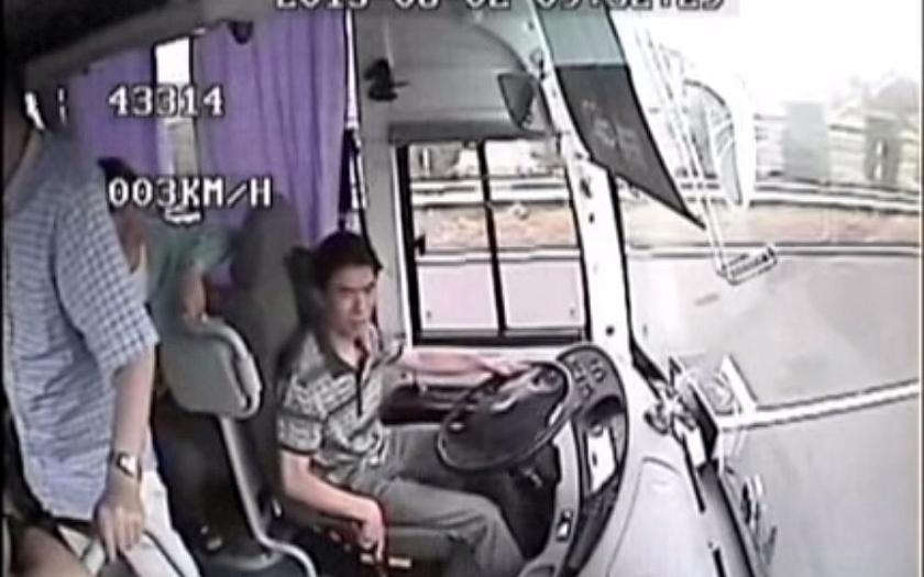 Video: kamera v autobusu zaznamenala otřesnou nehodu