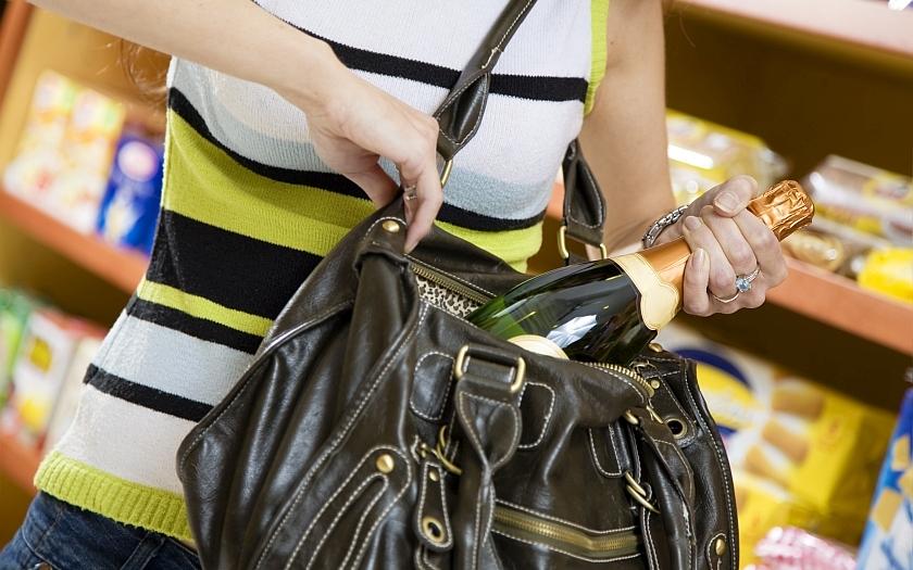 Nový trend krádeží v maloobchodních řetězcích. Místo drahých parfémů chleba.