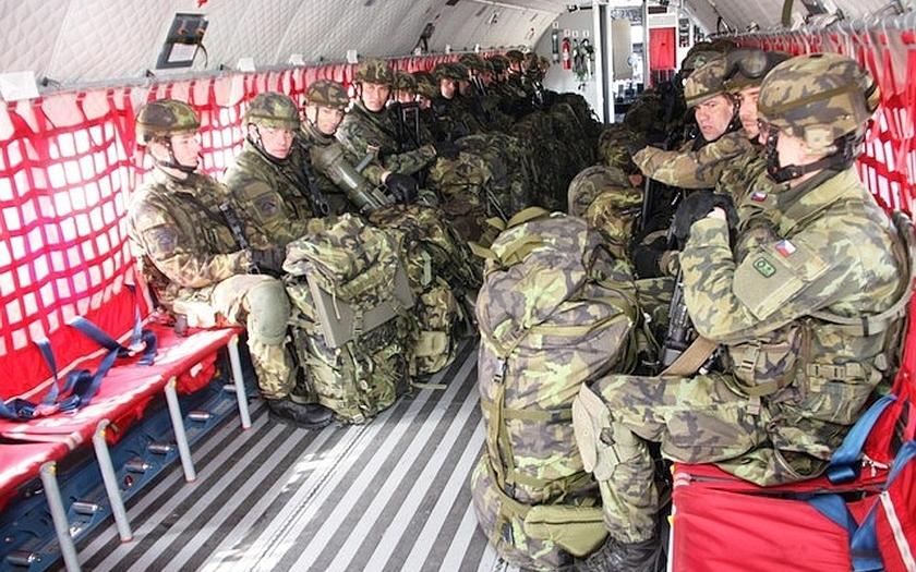 30 000 vojáků v české armádě? Cesta bude ještě dlouhá (komentář Lumíra Němce)