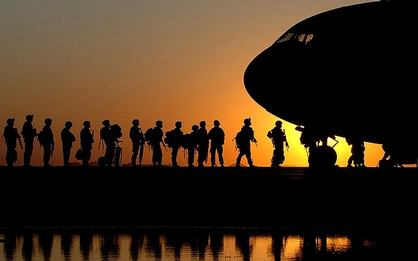 Britský premiér přitvrzuje v boji proti IS. Na armádu a tajné služby požaduje 77 miliard korun