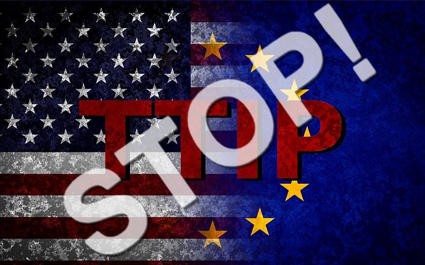 Světový den proti obchodní dohodě mezi EU a USA - v Praze vyšly do ulic stovky lidí