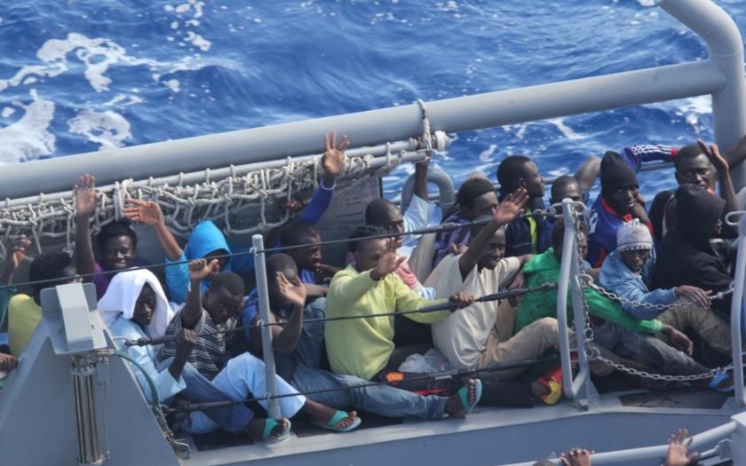 Pobřežní stráž v Itálii a Řecku: Jen za víkend zadrženo přes 4500 imigrantů z Afriky a Sýrie