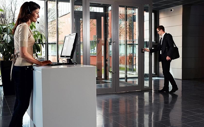 Kontrola fyzického přístupu prostřednictvím dveřní jednotky s video identifikací