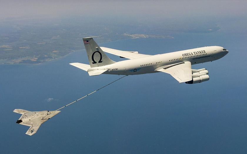 Bezpilotní letoun X-47B úspěšně natankoval ve vzduchu