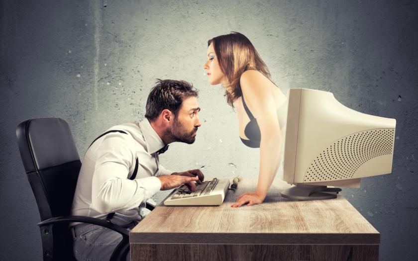 Zaměstnanec města vyhozen za sledování porna v práci