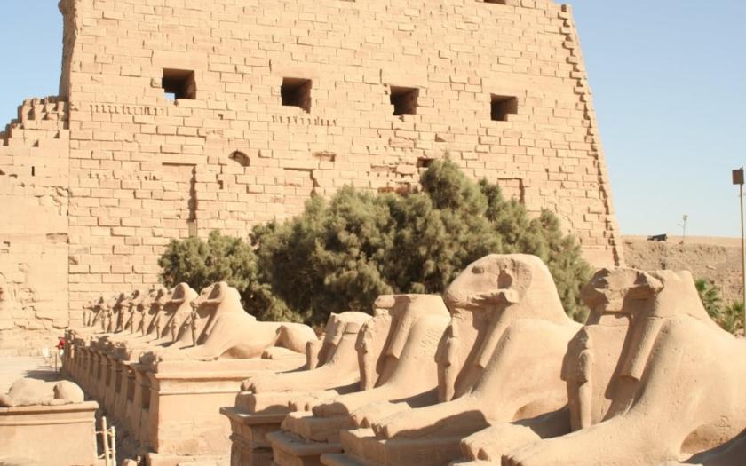 Před chrámem v Karnaku se odpálil sebevražedný atentátník