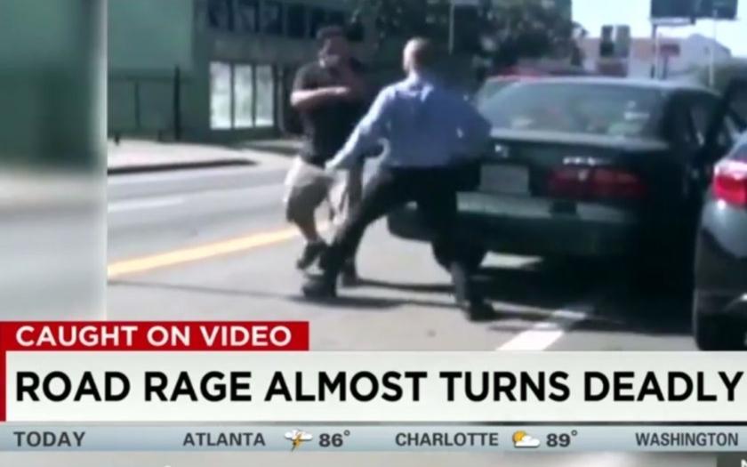 Řidiči v Los Angeles se do sebe pustili pěstí.