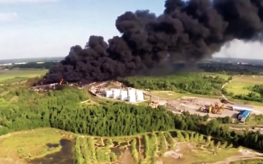 Požár zásobníků paliva na Ukrajině byl uhašen. Škody jsou až miliarda korun.