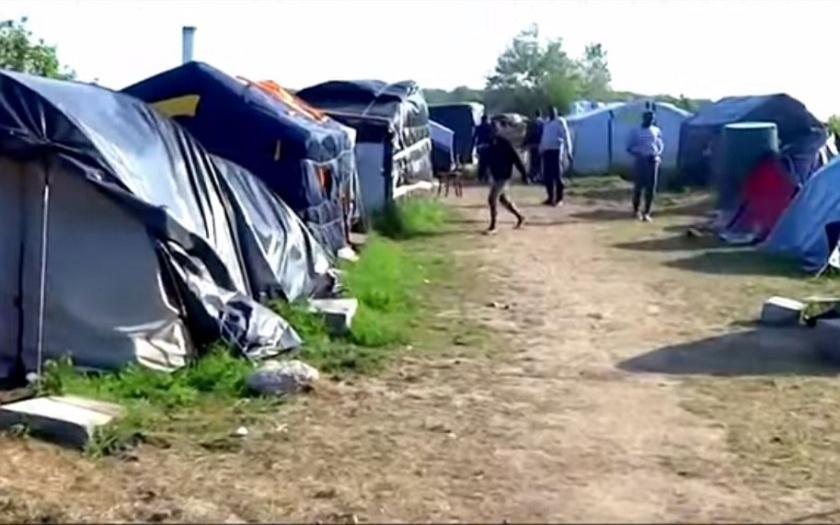 Francouzský přístav Calais okupují tisíce imigrantů. Velká Británie je odmítá.