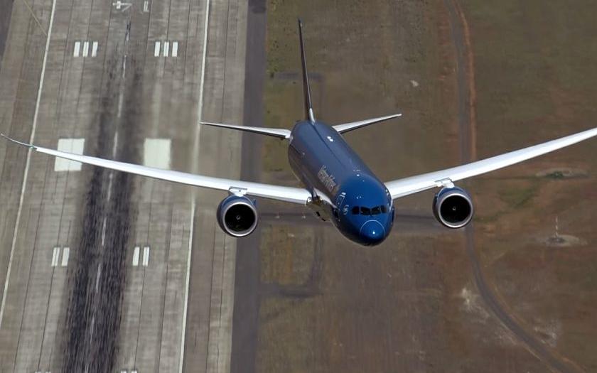 Kolmý start dopravního letadla? Vojenští piloti předvedli neuvěřitelné kousky
