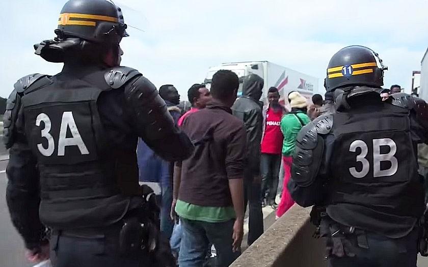 Zvyšují se bezpečnostní opatření v Calais. Policisté mají zbraně, obušky a neprůstřelné vesty