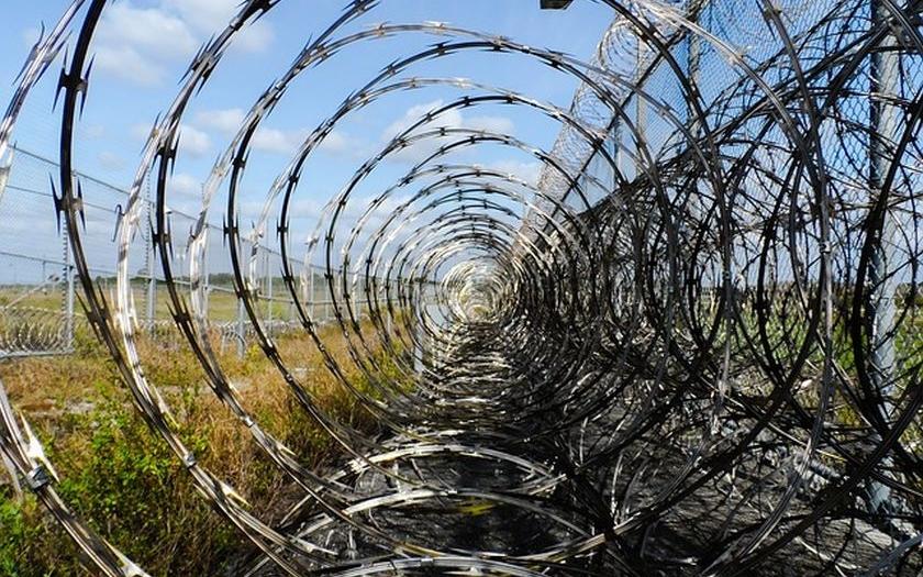 Plot proti uprchlíkům, který staví maďarská armáda, nebude možné přelézt. Pojistkou jsou žiletkové pásy