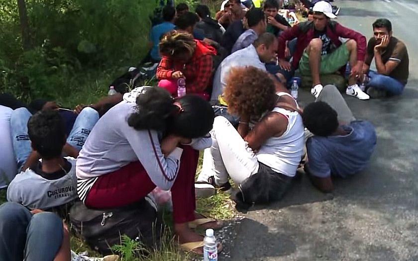 Schengen padl. Stovky maďarských autobusů převezly uprchlíky k rakouským hranicím