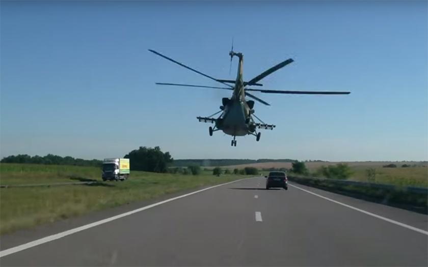 Video: Ukrajinský Mi-8 proklatě nízko nad dálnicí