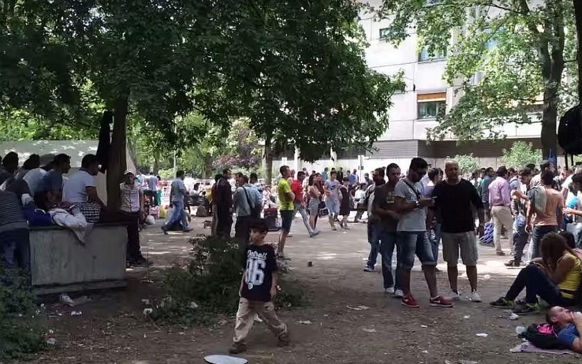 Uprchlíci hromadně žalují německé úřady za pomalou registraci, nemají peníze ani ubytování.