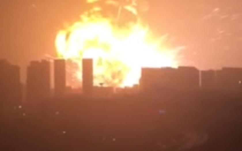 Evakuace tří kilometry od epicentra výbuchu v Tianjinu