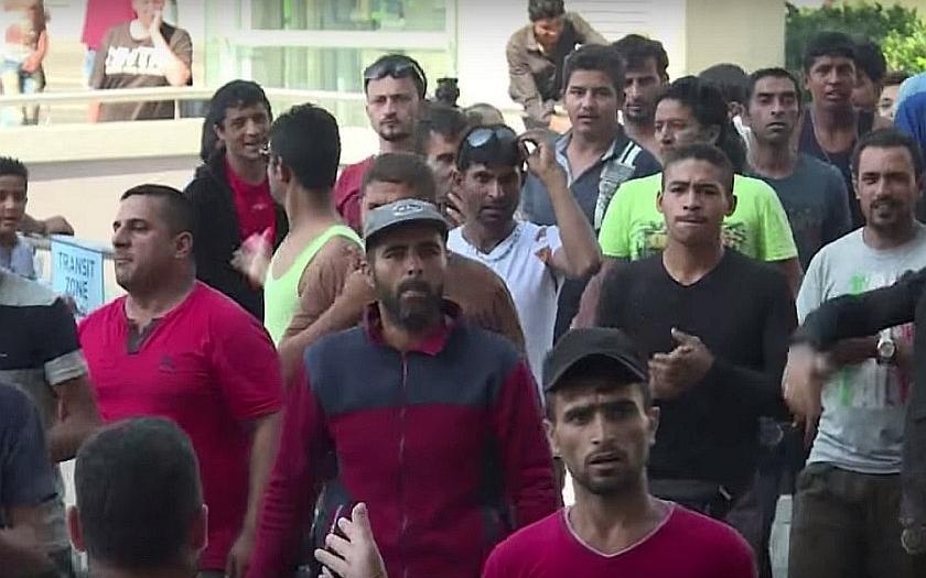 Uprchlíci na budapešťském nádraží vzali útokem vlaky do Rakouska a Německa