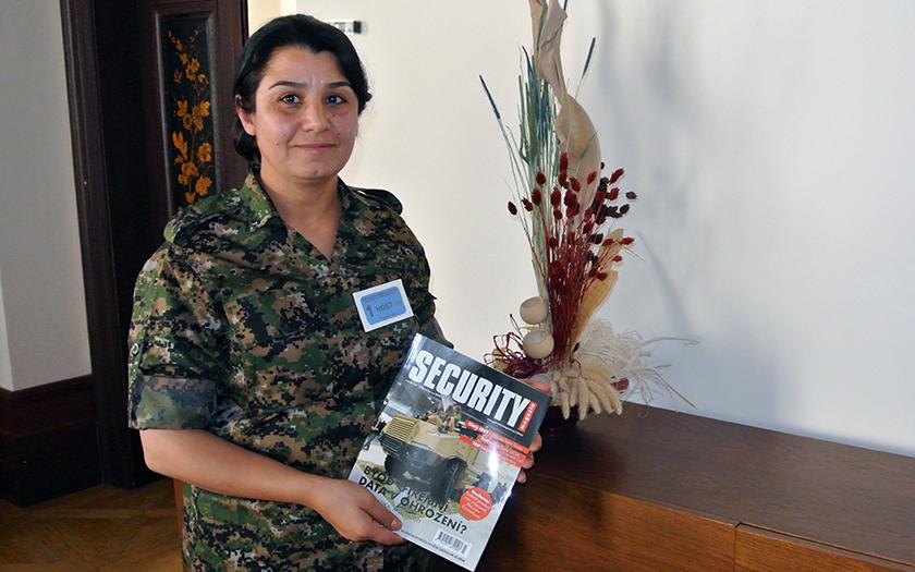 EXKLUZIVNĚ Kurdská superbojovnice v ČR: Zbraně proti IS kupujeme na trzích
