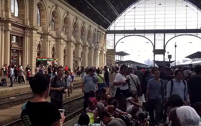 Maďarsko zastavilo vlakové spojení se Západem. Premiér Orbán obvinil z uprchlické krize německou vládu.