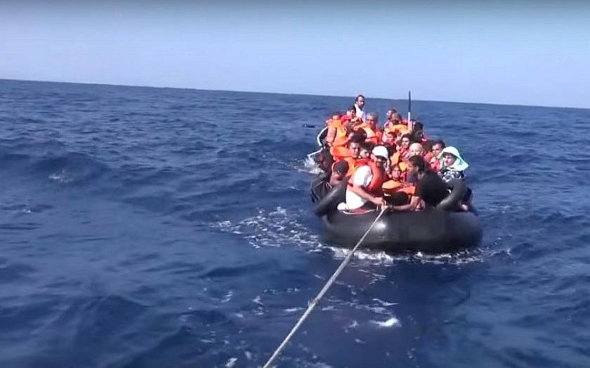 Z lodi na Sicílii se vylodilo všech 150 migrantů