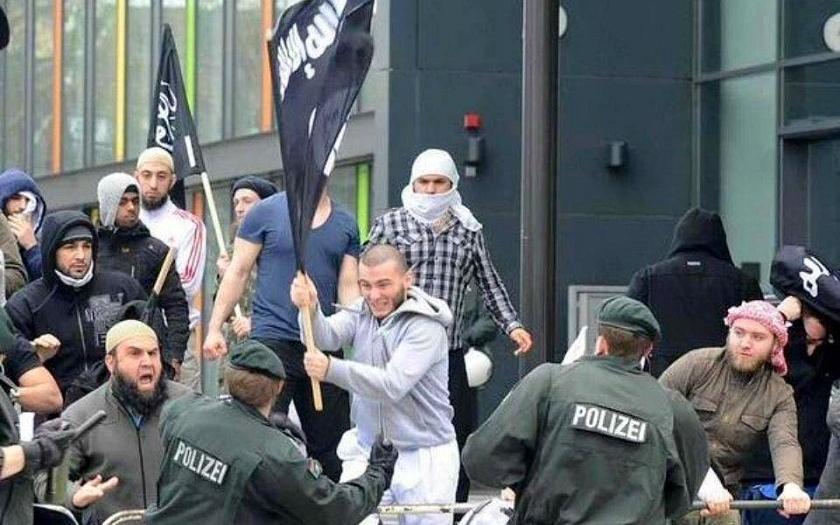 Vlajka ISIS nad radikály bojujícími s německou policií