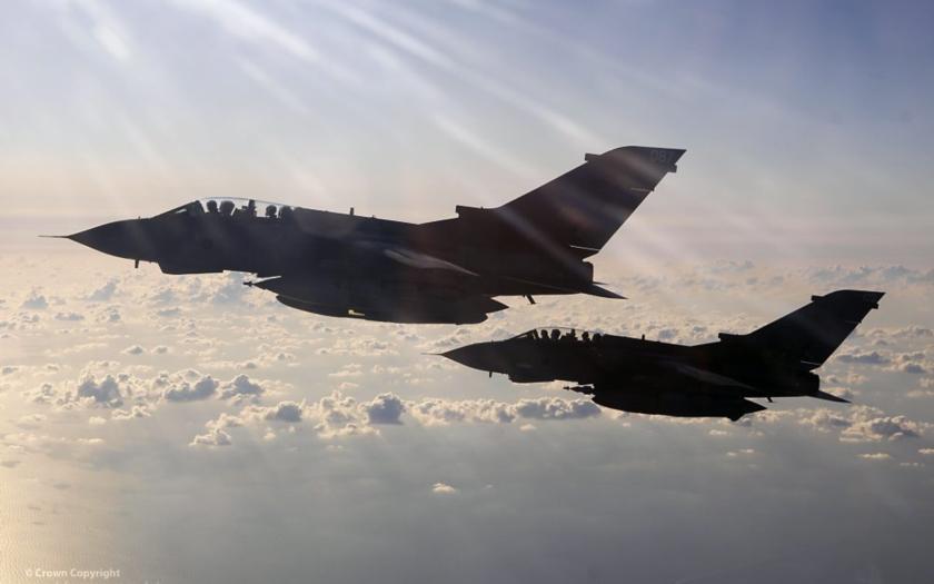 Britský parlament schválil nálety proti IS, odpůrci se obávají teroristických útoků