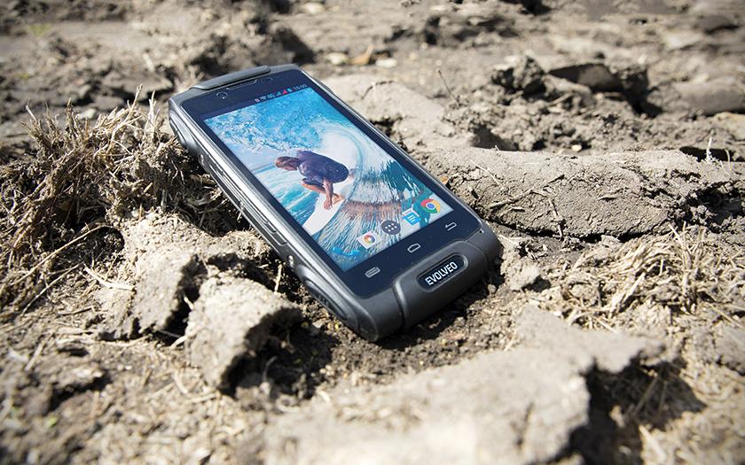 Evolveo StrongPhone Q8 LTE: Pracant certifikovaný americkou armádou