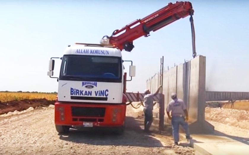 Turecko staví na syrské hranici bezpečnostní zeď. Ochrana před džihádisty nebo před uprchlíky?