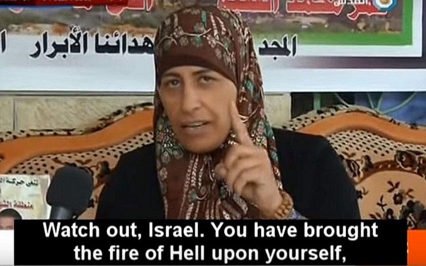VIDEO: Matka palestinského teroristy vytáhla během interview nůž &quote;Dejte si pozor Izraelci!&quote;